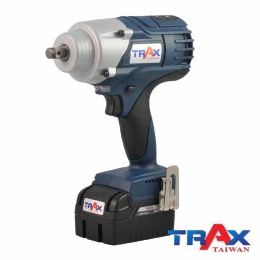 """TRAX ARX-7955 大扭力充電式衝擊電動扳手20V無刷馬達4分 2 - 1.超短機身 (205mm) ,2.95kg超輕巧,最大1000NM鬆脫扭力! 2.高效能無刷馬達,提高10倍以上壽命,電池增加30%使用時間! 3.智能設計防止過載或過熱造成工具和電池的損壞 4.四段功能選擇,高中低3段控制轉速和扭力,第4段""""R""""為螺栓拆卸模式,在拆卸螺栓時自動降低轉速,避免螺帽散落! 5.直覺式操作介面,大按鍵可以輕鬆切換功能! 6.皮帶扣設計,減輕攜帶的重量,增加使用的方便性 7.防水防塵:IP54 8.防止誤觸開關設計,誤觸開關後,馬達連續運轉5分鐘自動停止 9.正逆切換及鎖板機功能 10.使用日韓大廠電池芯,電池有力又耐用!"""