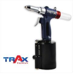"ARX-200NS 氣動拉釘機 4.0/3.2/2.4mm 7 - <div>2,299 lbf瞬間液壓大拉力,拉釘斷面漂亮,鉚合力強!</div> <div>1. 5kg輕量化機身</div> <div>人體工學防滑手柄</div> <div>輕鬆壓短版機好握,好操作!</div> <div>L型活動接頭,輕鬆工作不斷氣</div> <div>可拉4.8mm(3/16"")不銹鋼釘</div> <div></div>"