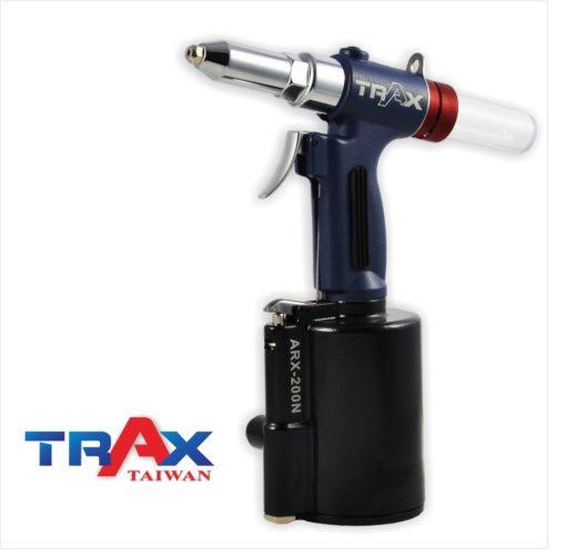 "ARX-200NS 氣動拉釘機 4.0/3.2/2.4mm 3 - <div>2,299 lbf瞬間液壓大拉力,拉釘斷面漂亮,鉚合力強!</div> <div>1. 5kg輕量化機身</div> <div>人體工學防滑手柄</div> <div>輕鬆壓短版機好握,好操作!</div> <div>L型活動接頭,輕鬆工作不斷氣</div> <div>可拉4.8mm(3/16"")不銹鋼釘</div> <div></div>"